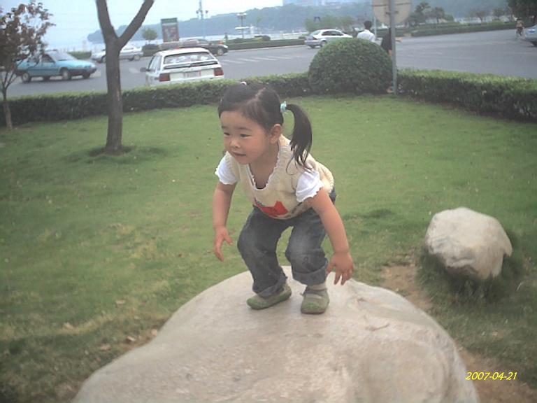 她爬上了卵石。