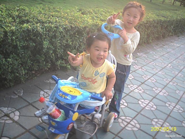 小姐姐友好的推着聪儿的儿童车。