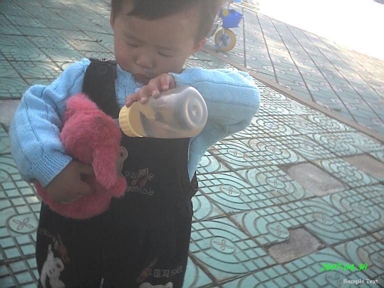给小熊渴水...