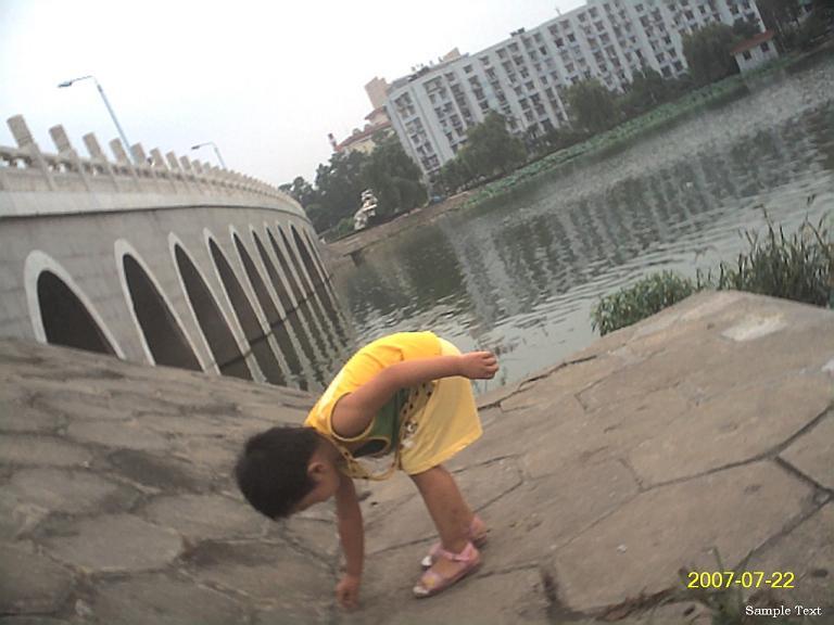 聪儿在湖边找着石子。