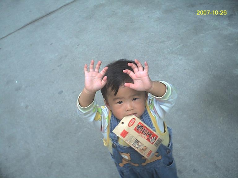 将瓜子袋'衔'在口中,又举起双手...