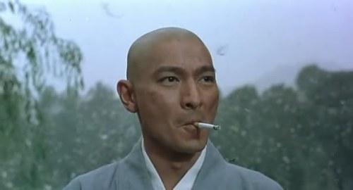 你们见过刘德华光头样还抽烟咧!