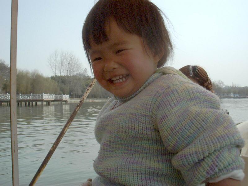 欢乐贝儿在船上。