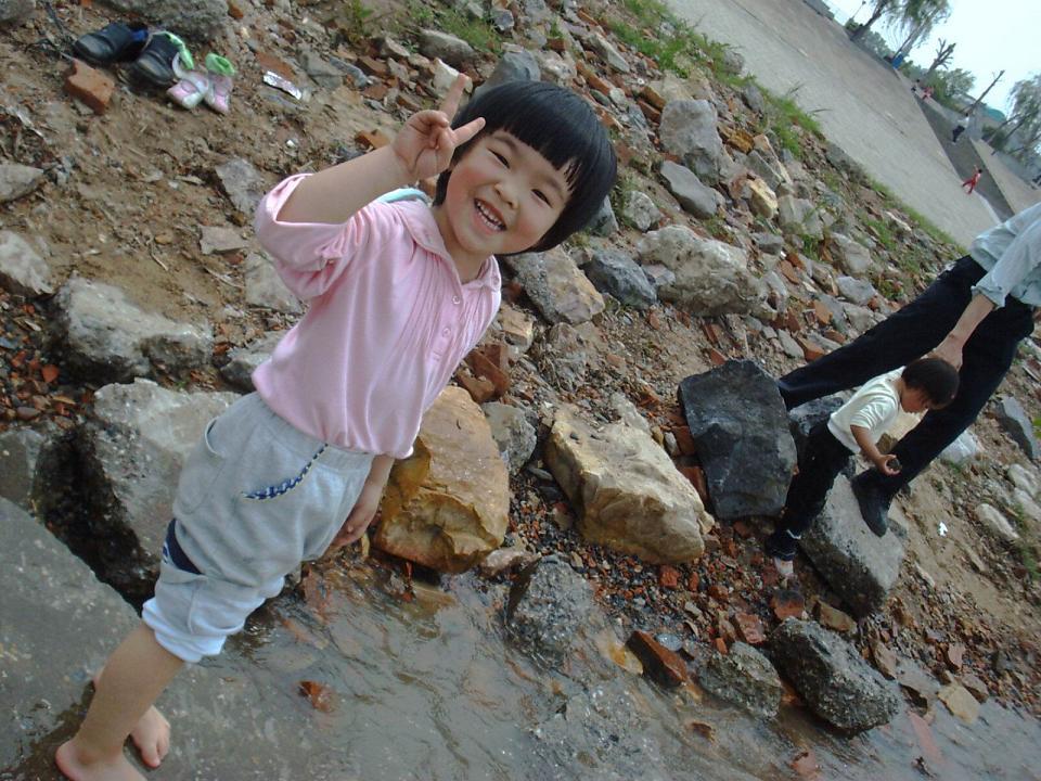 聪儿'亲密'接触长江水。