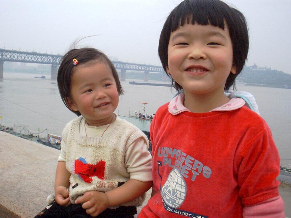 两个姐妹在江边...