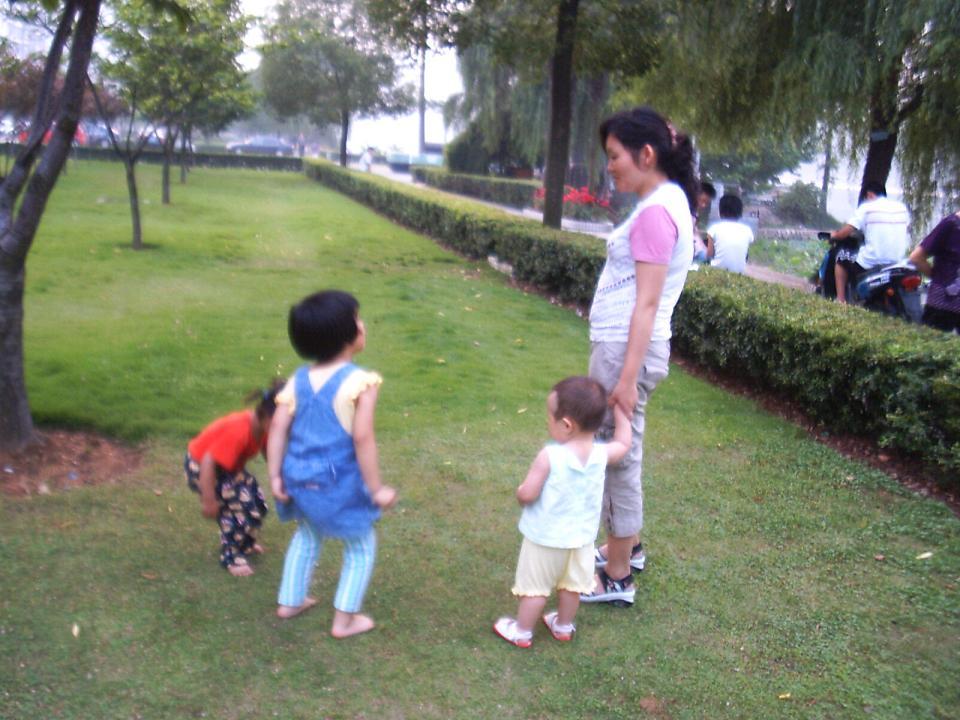 一位年轻的母亲在同她两交流。