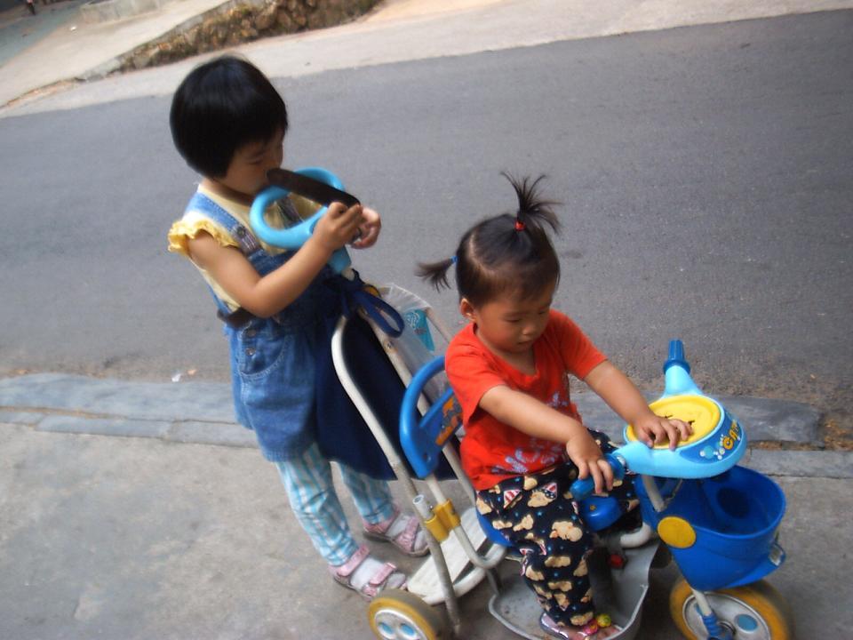两个幼儿自觉地遵守着规则。