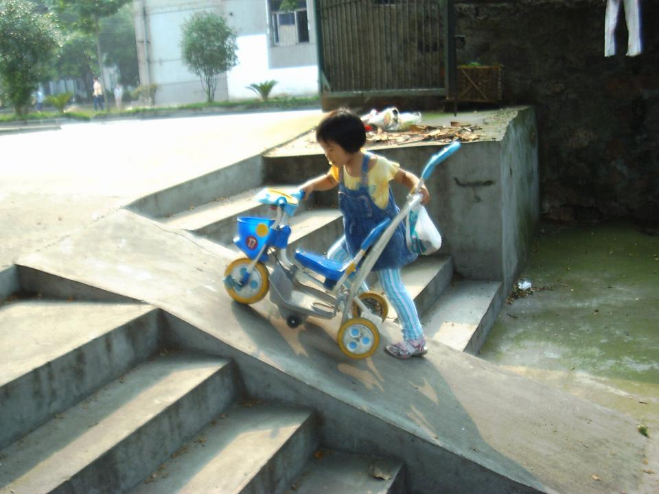 聪儿要自己推儿童车上斜坡。