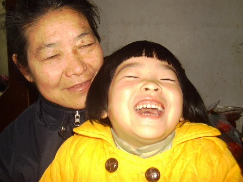 聪外婆抱着聪儿