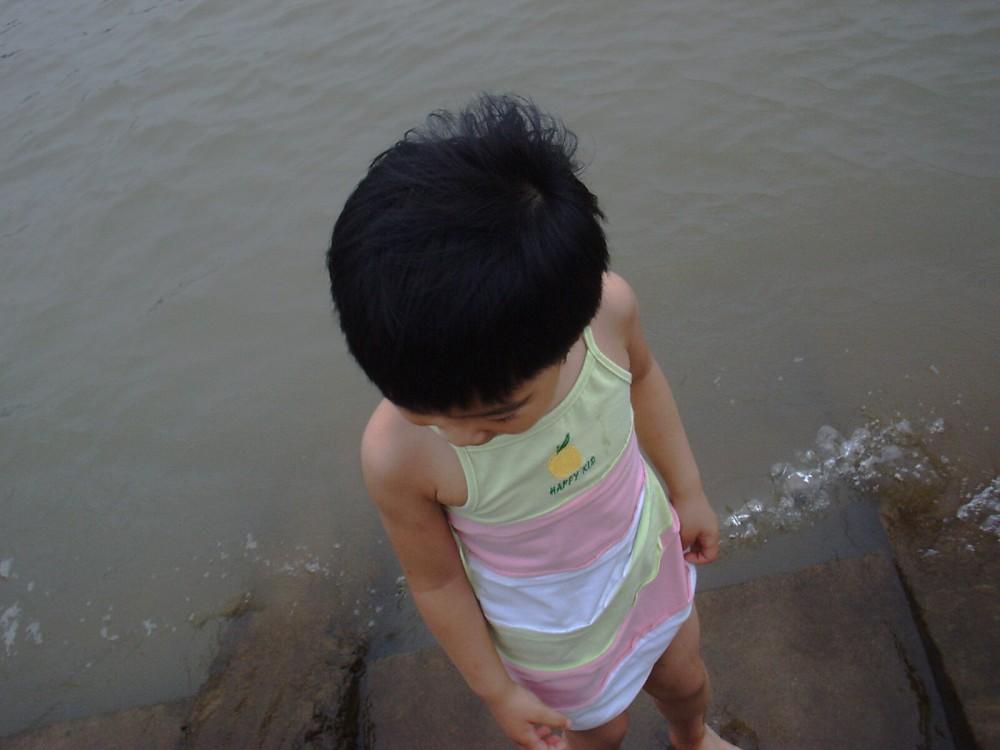 聪儿站在江水中