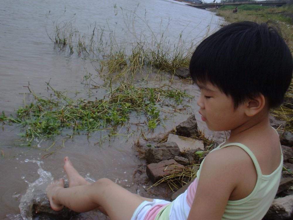 坐在江边戏江水...