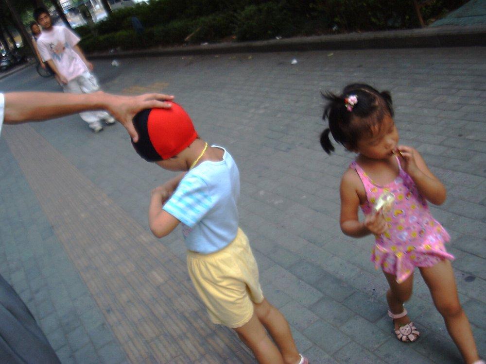 两个孩子准备停当