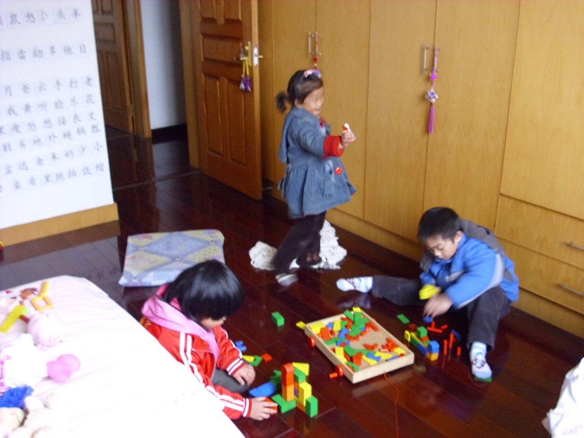 秭妹三人在一起玩耍...