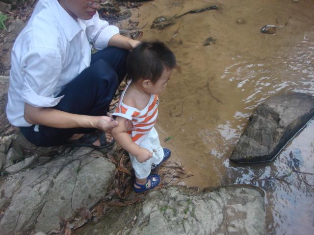 看到水想玩水