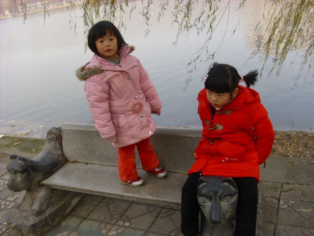 湖边的小石凳...