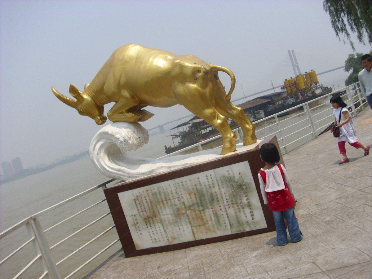 扬蹄奋进的水牛雕塑