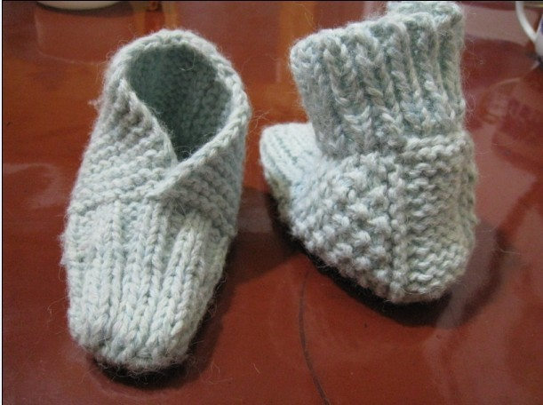 用粗绒线按宝宝脚后跟稍长一点打一块小长方形,大约起5-7针就够了(就是你要的鞋跟高度)用全下针或全上线针或元宝针什么的可以使鞋子稍厚点。然后在长方的三条边周围挑出针来织。一共会用到4根织衣针,这三条边织出来的长度就是宝宝的脚后跟到脚中央一段了。在你认为要织脚前半部分时把那织的二头连起来一起织,变成一个小圈圈,前半部分就是圆形的,长度差不多时就可以收针了。如果要织鞋帮。再在鞋子上方挑起针。织上一小段就行了。 这个是我看我姨婆婆这几天帮我宝宝织鞋子看出来的织法。不是很漂亮,不过看上去很简单。不用算针数什么的。