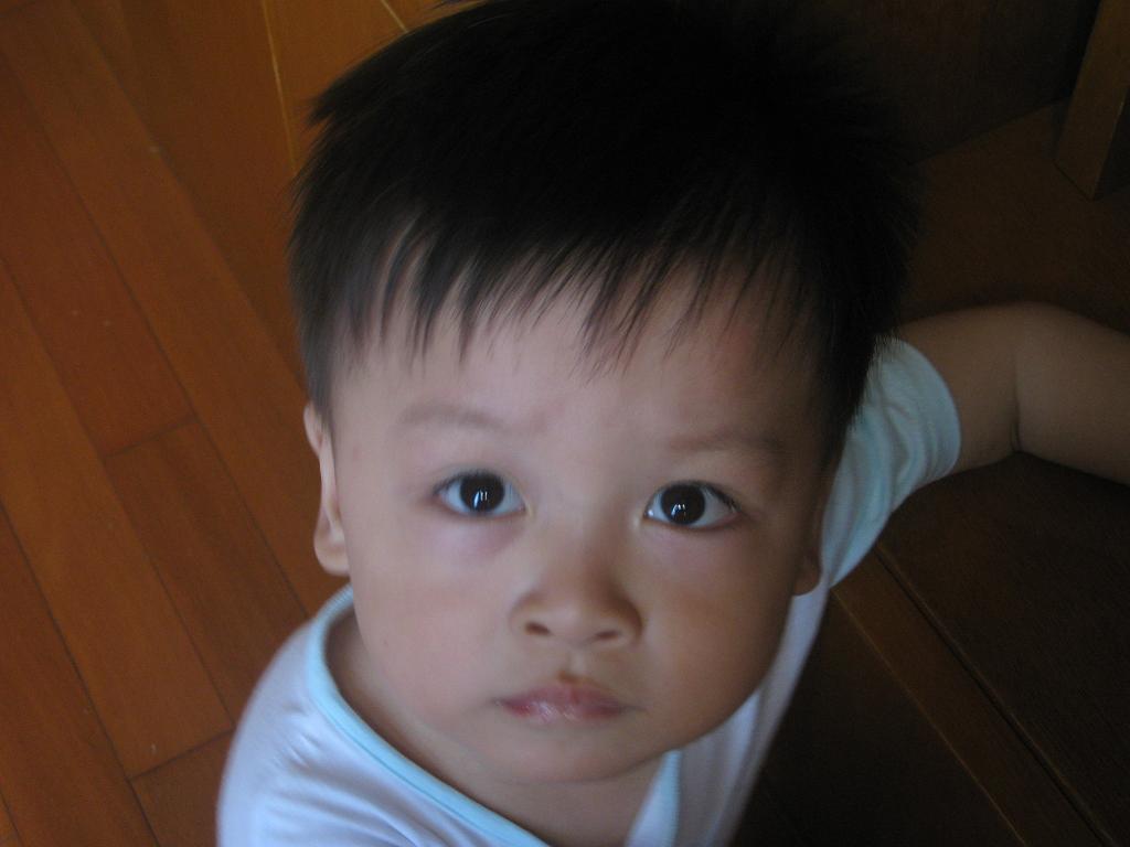 好的,我家宝宝叫方睿,我们是上海的,宝宝生日是 2008年6月9日,生于10点15分,出生身高54厘米,体重3965克,1岁以内没怎么吃过奶粉,纯母乳喂养,满了1岁混合喂养,开始一日2-3顿奶的生活,当然三顿饭也是要吃的,不过到现在为止母乳可以说还没有断呢,吃着玩呗,宝宝长得像我,不过他爸爸是小眼睛、单眼皮,所以宝宝眼睛没我长得大,双眼皮没我双,呵呵。我家宝宝长的四方大脸的,身材魁梧,挺有男子汉气概的,呵呵,我家宝宝身体很好,也几乎不生病的,也很聪明哦,希望大家多多支持我家宝宝,也可以加我qq:14910