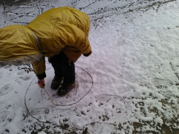 雪地里的小画家图片